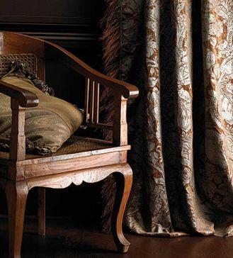 Ciężkie, ciemne, bogato zdobione zasłony pasują do stylowych mebli. Tkanina w kwiaty Brulesque kosztuje 313 zł/m2. FONZI