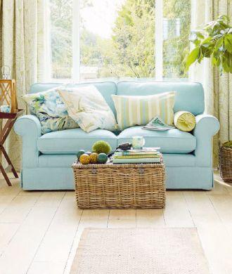 Pastele górą. Zestawienie niebieskiej sofy (ale równie dobrze w każdym innym kolorze) z błękitno-limonkowymi poduszkami