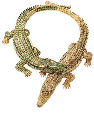 Ma podwójną funkcję: krokodyle można nosić jako broszki.