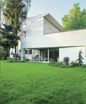 Właścicielka dobudowała bryłę z dwiema kondygnacjami oraz tarasem na dachu, nadając domowi ulubiony artdécowski styl.