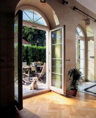 Przez wysokie okna można wyjść na taras.
