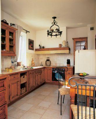 Najpierw był kuty żyrandol w kuchni, potem Alicja dobrała krzesla z kutymi oparciami.