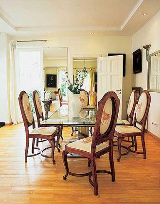 Biedermeierowsie krzesła i stół ze szklanym blatem.