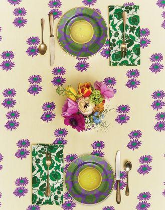 kolorowy obrus i kolorowa porcelana