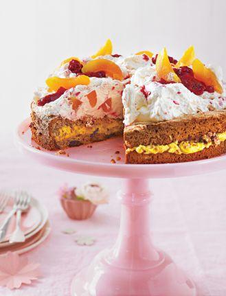 Tort migdałowy z malinami i brzoskwiniami