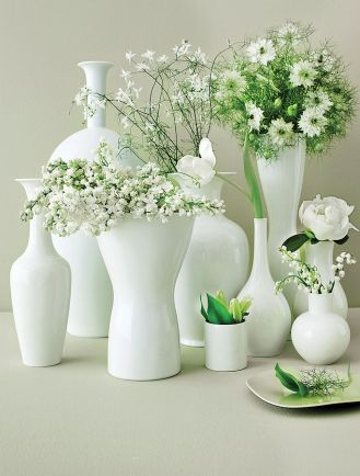Piękny efekt dekoracji można uzyskać, wybierając wazony o różnych kształtach, a do każdego wstawiając inny kwiat.