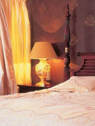 Pięknie zdobiona lampa idealnie nadaje się do sypialni.