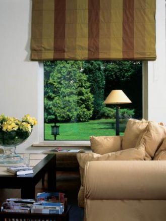 Duże okno otwiera salon na ogród. Ze szlachetnym umiarem
