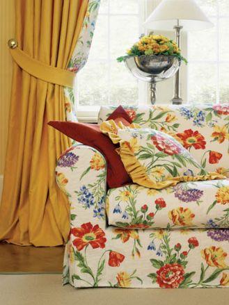 sofa w pokrowcu z kolorowej tkaniny