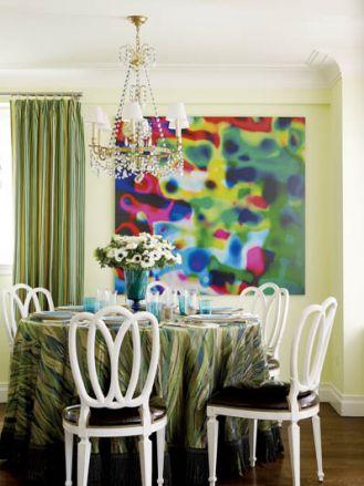Pasiaste zasłony i obrus z motywem stepowych traw, do tego abstrakcja w neonowych kolorach. A jednak wszystko do