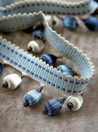 Propozycja do nowoczesnych wnętrz – białe i niebieskie kuleczki (u góry) albo ozdobne taśmy (niżej), COLEFAX FOWLER