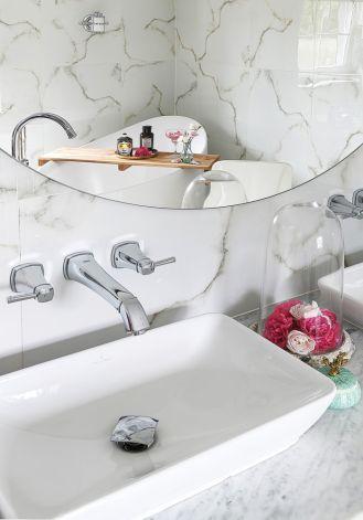 biała łazienka w stylu country glam