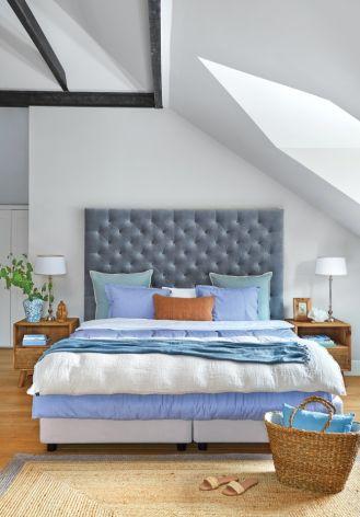 sypialnia na poddaszu ze skosem zdjęcia