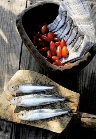 dojrzałe w słoncu pomidory i ryby z dzisiejszego połowu - specjalnośc greckiej kuchni.