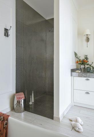 łazienka biało srebrna
