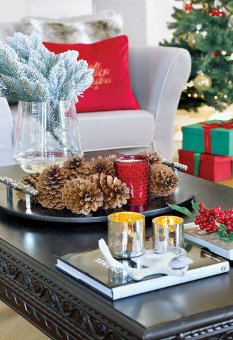 czerwono srebrne dekoracje bożonarodzeniowe na stół