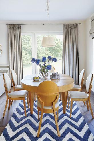 owalny stół z krzesłami