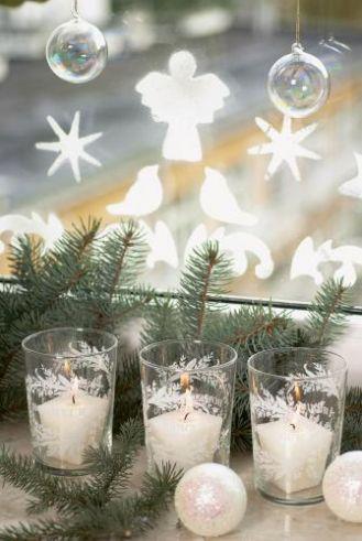 Śniegowe aniołki na szybie wporowadzą do domu świąteczny nastrój.