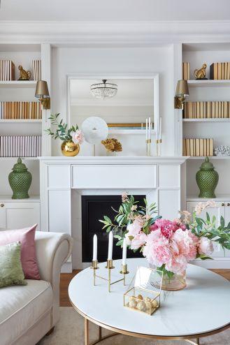 biały salon ze złotymi i różowymi dodatkami