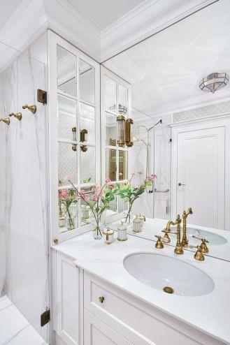 biała łazienka ze złotymi dodatkami