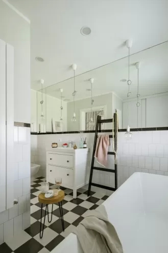 biała łazienka czarne dodatki