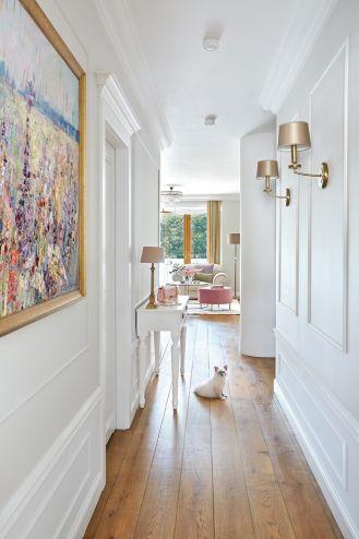 biały przedpokój ze sztukaterią na ścianie