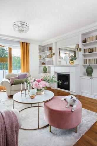 różowe dodatki do białego salonu