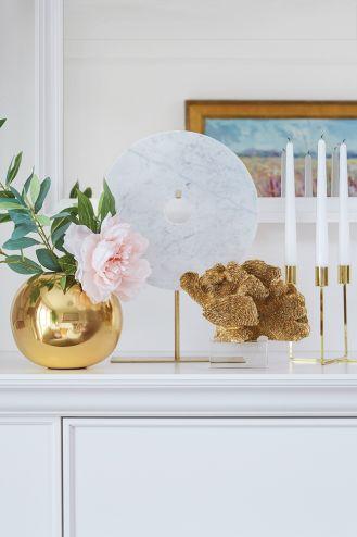 biały salon ze złotymi dodatkami