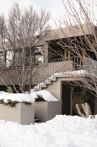 Dom w szarościach i drewnie – aranżacja wnętrz w stylu skandynawskim