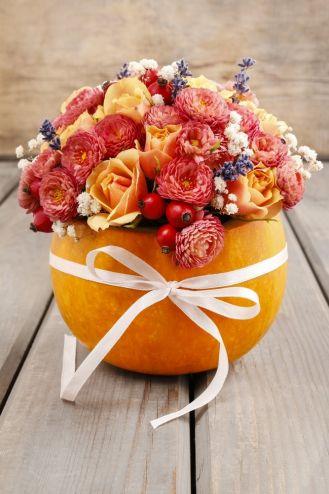 dekoracje z dyni i kwiatów