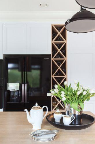 czarno biała kuchnia z drewnem