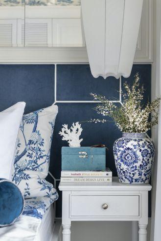niebieska sypialnia w stylu hamptons
