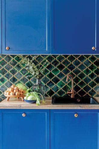 niebieskie szafki w kuchni