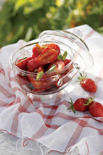 Sałatka z truskawek i pomidorów. Czerwone jest pyszne