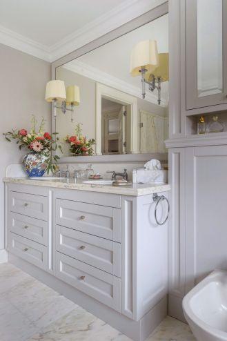 szara łazienka w stylu klasycznym