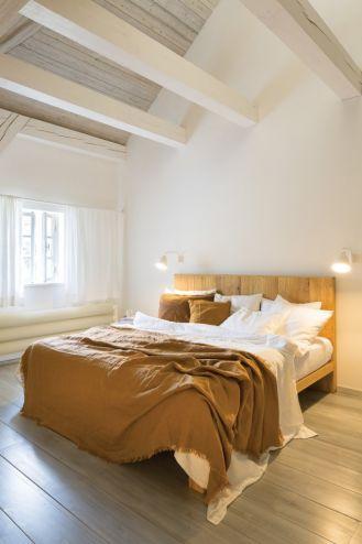 sypialnia na poddaszu z belkami zdjęcia