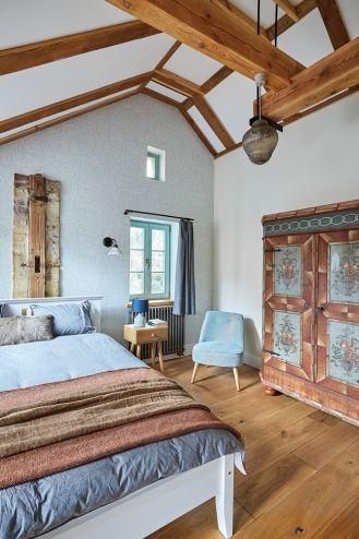 niebieska sypialnia z drewnem