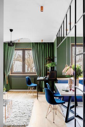 zielony salon z niebieskimi dodatkami