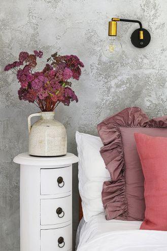szara strukturalna ściana w sypialni