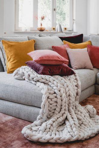 dodatki które ocieplą wnętrze poduszki i koce