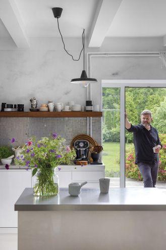 biała kuchnia w starym domu