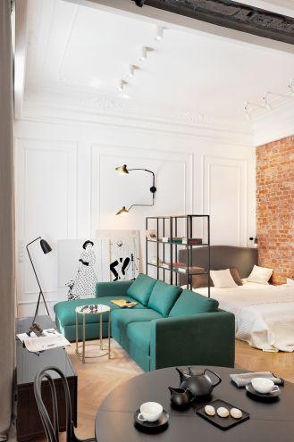 salon z sypialnią w małym mieszkaniu