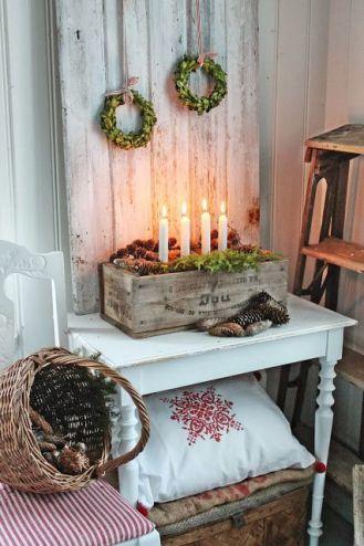 Adwentowe świece można wstawić do drewnianej skrzynki w stylu prowansalskim.
