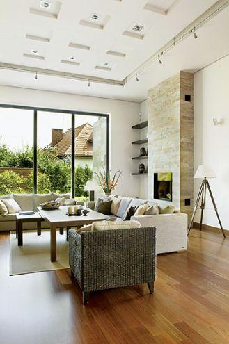 Kamień na kominku to brazylijski łupek kwarcytowy, taki sam jak ogrodowy, lecz w złotym odcieniu.