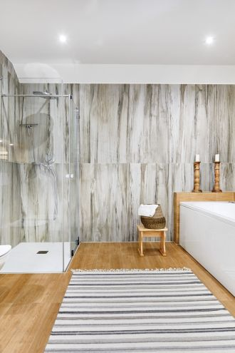 łazienka w bieli i drewnie