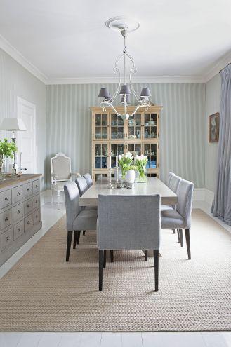 Rzeźbione, klasycyzujące krzesło z rodzinnego domu po przemalowaniu na biało stanęło w jadalni.