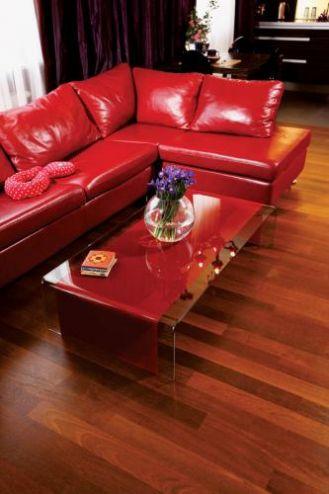 Skórzana kanapa w kolorze wina. Ekscentryczny apartament