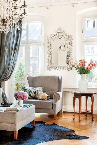 Spokojne kolory ścian są tłem dla licznych kolorowych dodatków, które właścicielka bardzo często zmienia.