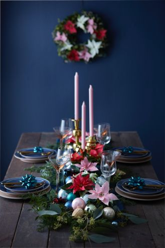 Ta dekoracja świątecznego stołu z pewnością zaskoczy gości. Zieleń na środku stołu w połączeniu ze