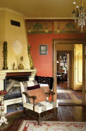 Kominek zdobią stare, polichromowane dekoracje. Sprawiają wrażenie, jakby zostały specjalnie zaprojektowane dla tego miejsca.